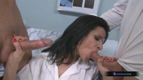 Enfermeira puta transando com dois marmanjos