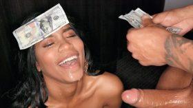 Garota de programa adora dinheiro e gozada na cara