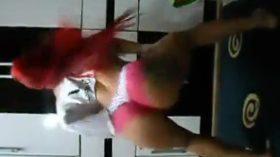 Ruivinha dançando funk de calcinha